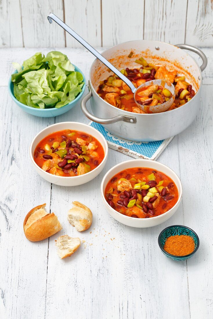 Chicken breat with leeks and red kidney bean in tomato sauce