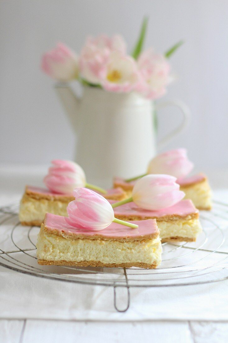 Pudding slices with tulips