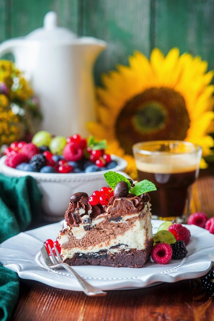 Cheesecake with brownie base and Oreo cookies