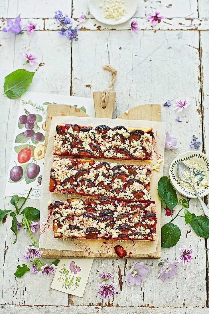 Zwetschgenblootz (Franconian damson cake with almond crumbles)