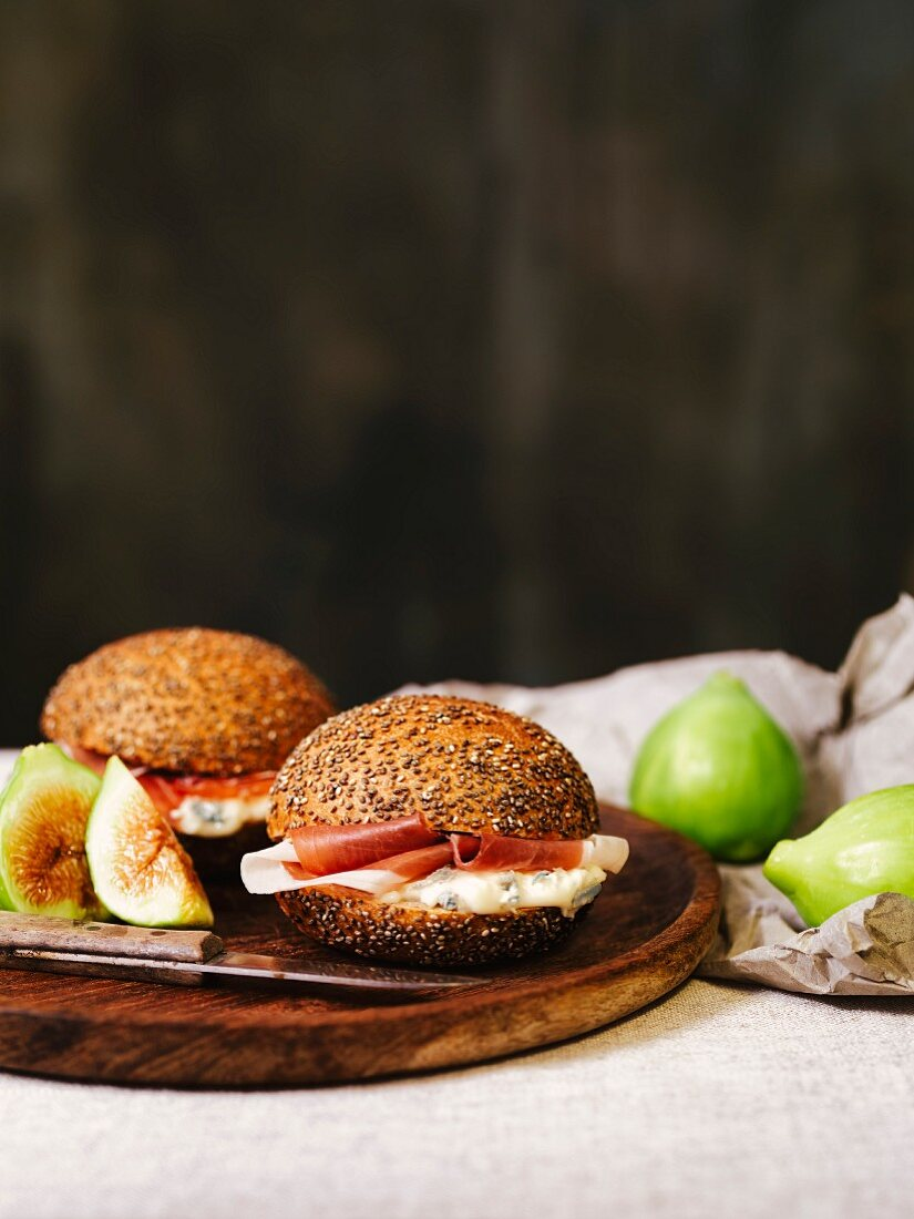 Sandwiches with gorgonzola, ham and figs
