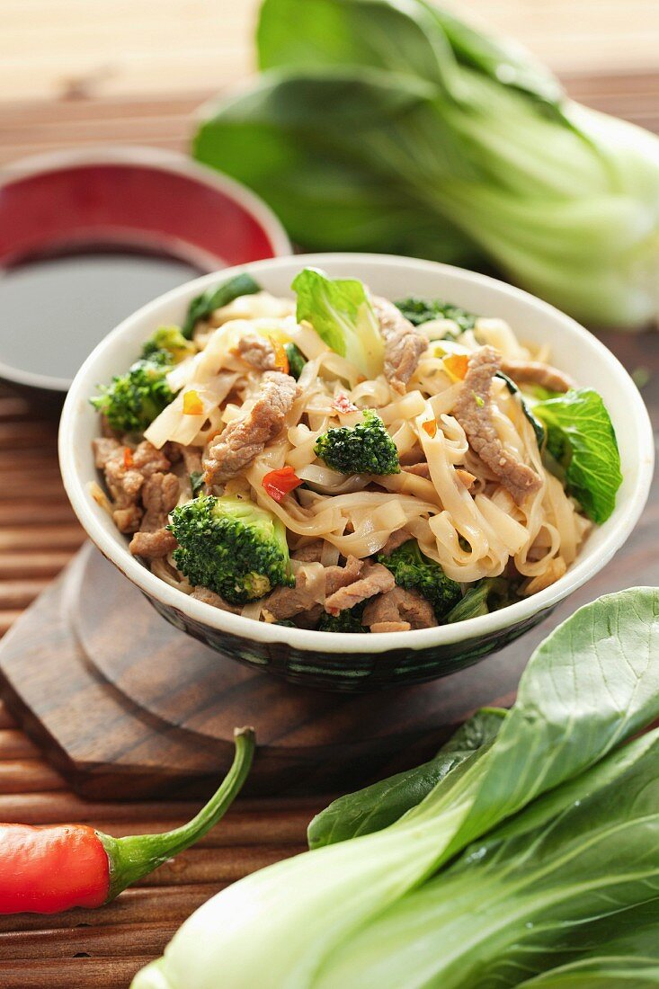 Rice noodles with beef, broccoli and pak choi (China)