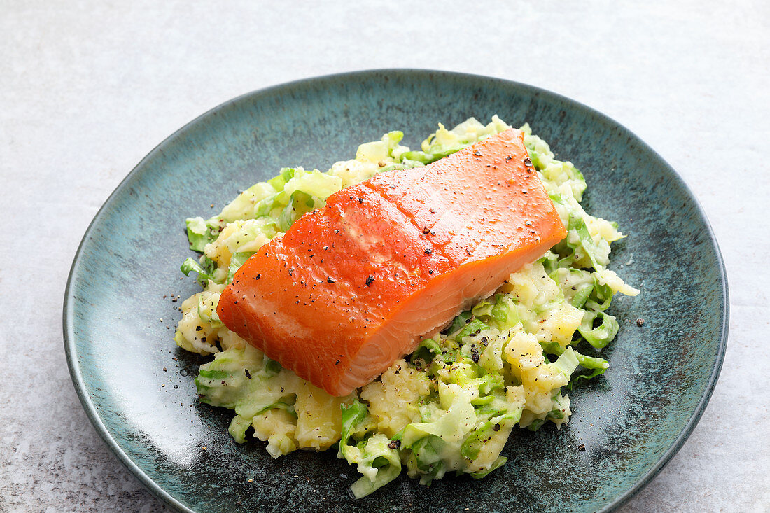 Chicory stamppot with salmon