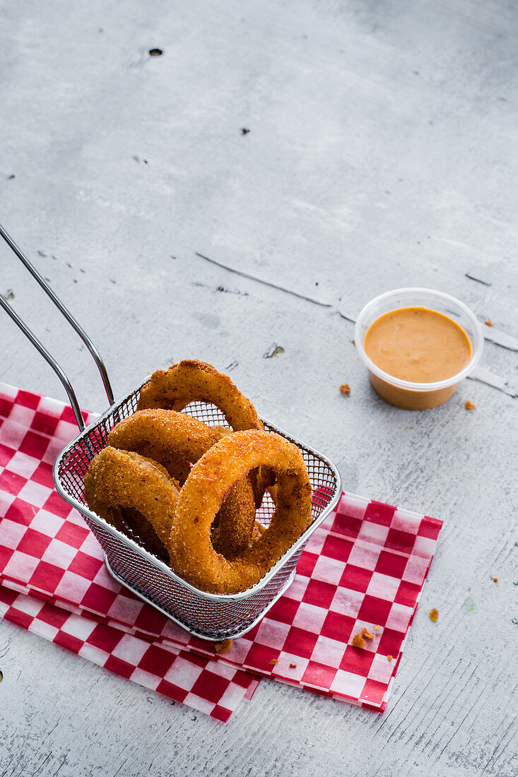 Fried ring onions with vegan chipotle sauce