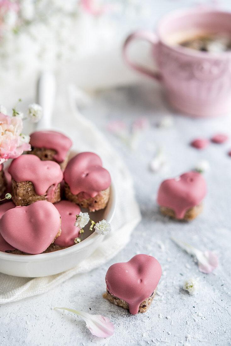Herzförmige Datteltrüffel mit rosa Ruby-Schokoladenglasur