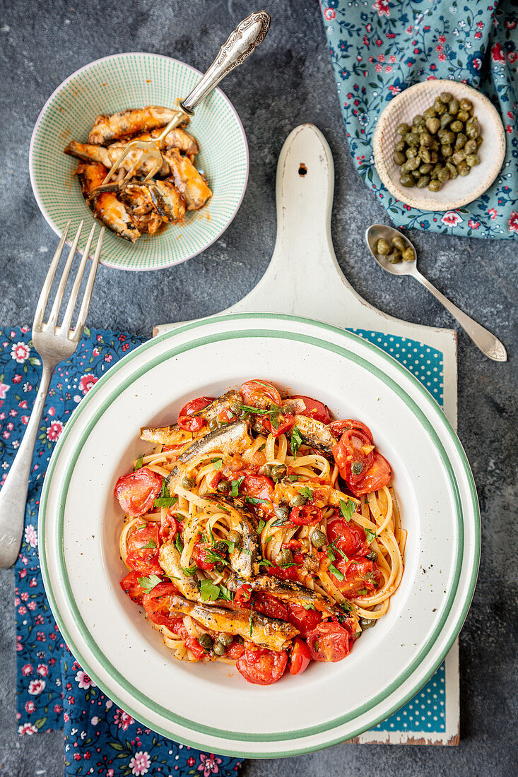 Spaghetti with tomatoes, sardines and capers