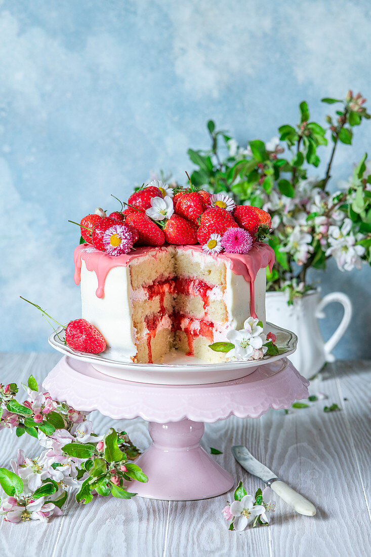 Erdbeerkuchen mit Frischkäse, Erdbeerglasur und Blüten