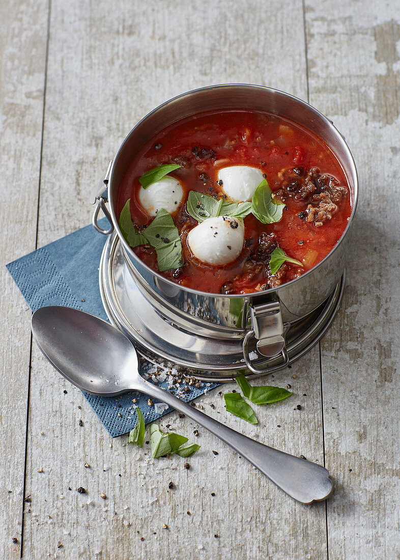 Tomato soup with minced meat and mozzarella 'to go'