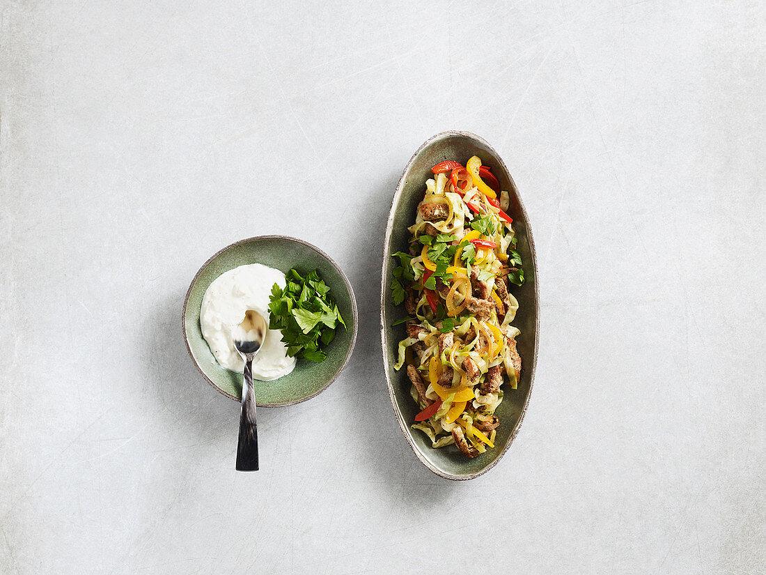 Gyros-Geschnetzeltes mit Spitzkohl und Feta-Joghurt (Low Carb)