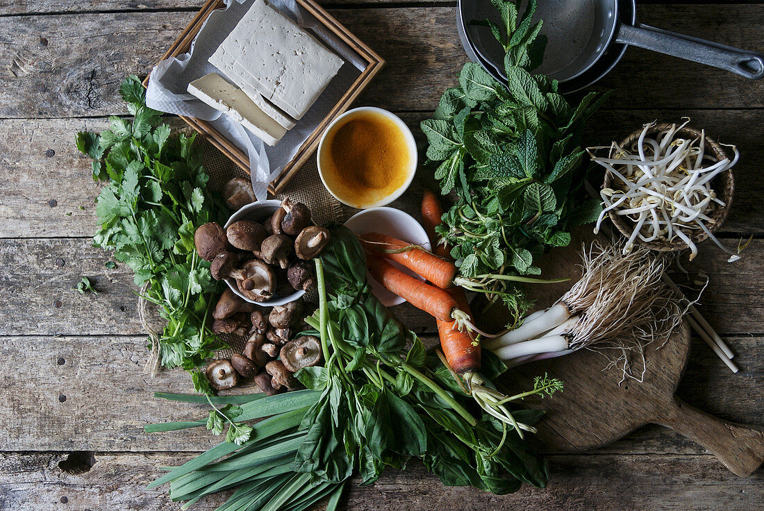 Zutaten für die Zubereitung von Banh Xeo (vietnamesische Reismehl-Pfannkuchen)