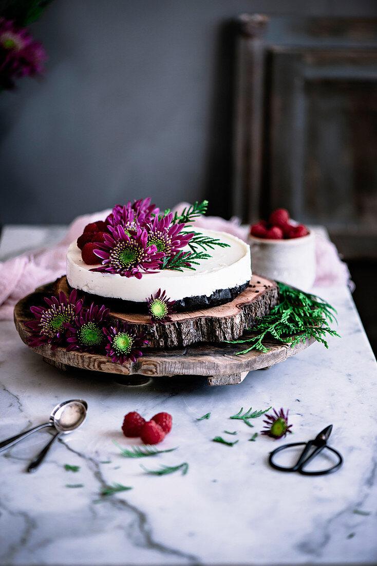Cheesecake mit Himbeeren und Blumendekoration