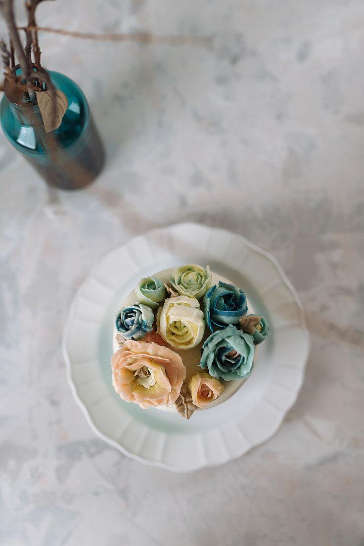 Regenbogentorte mit Buttercremeblüten
