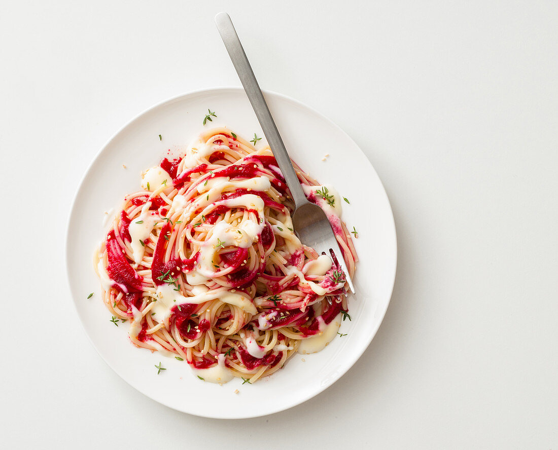 Spaghetti with beetroot and cheese sauce