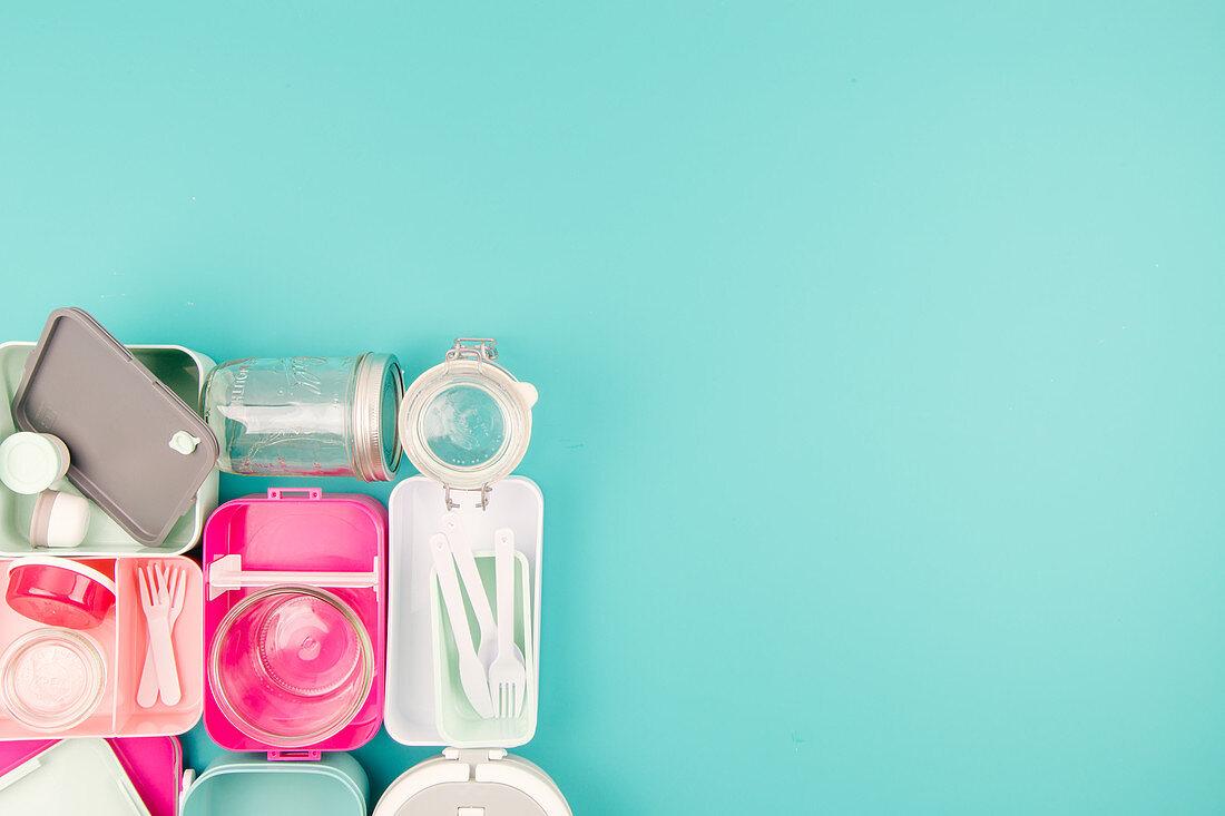 Verschiedene Lunchboxen, Plastikbesteck und Weckgläser