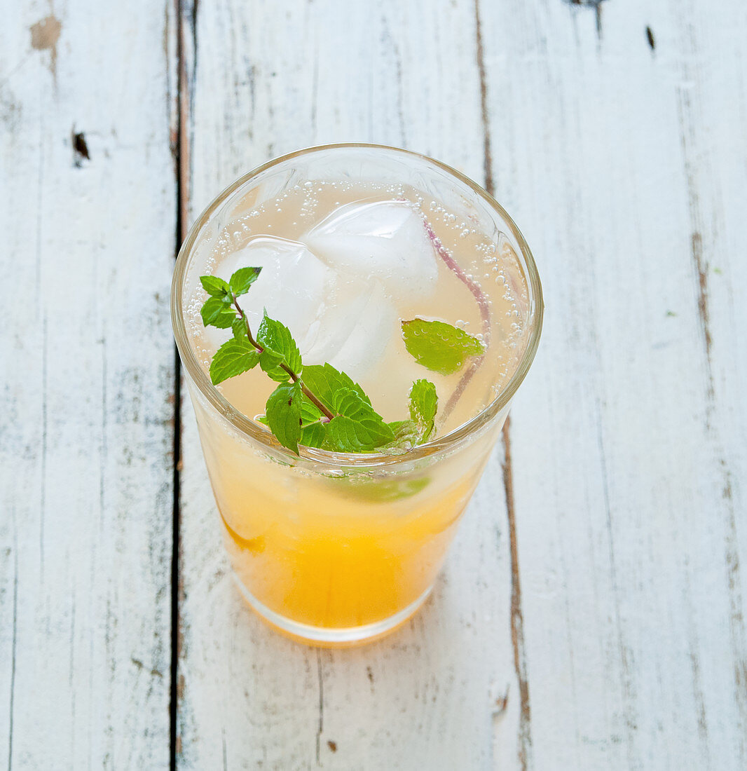 Apple spritzer with mint and ice