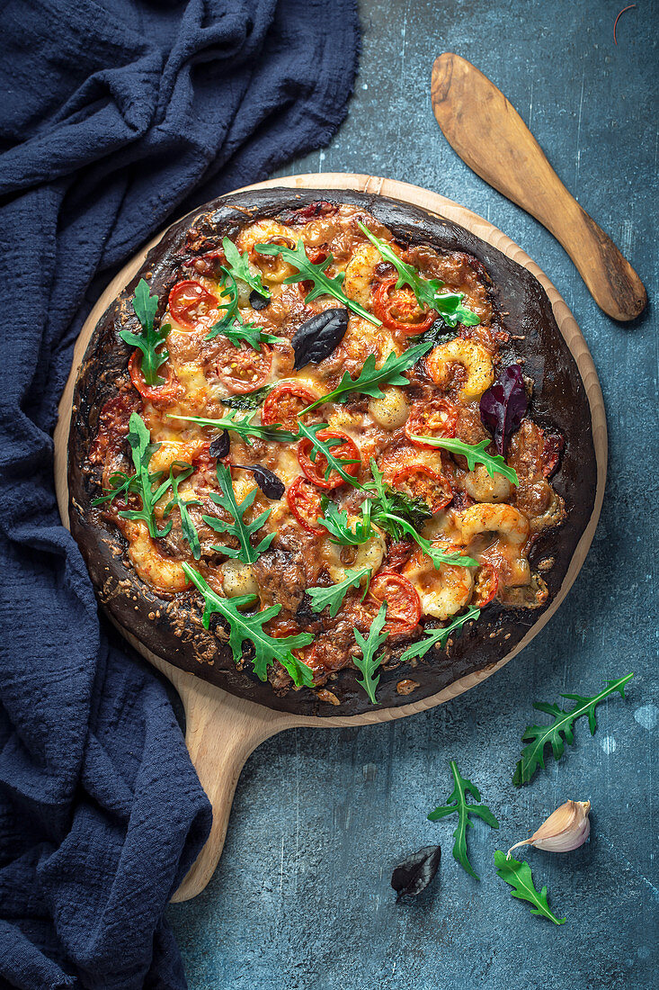 Black pizza with shrimp and scallop