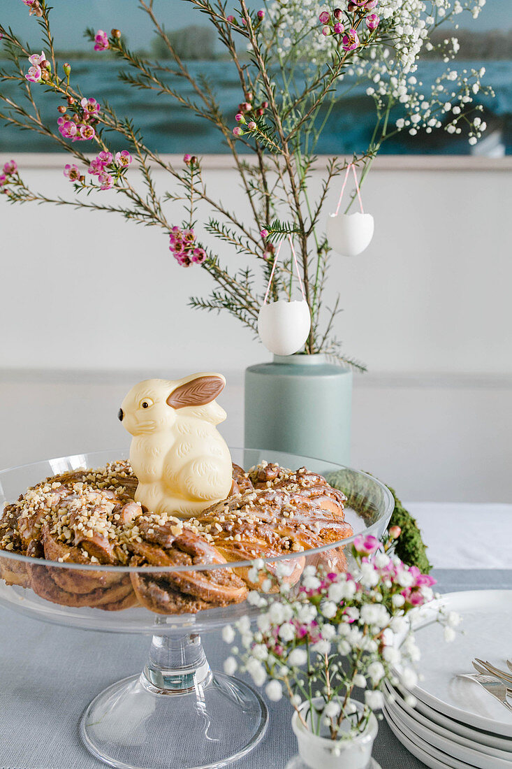 A yeast dough wreath with a white chocolate Easter bunny