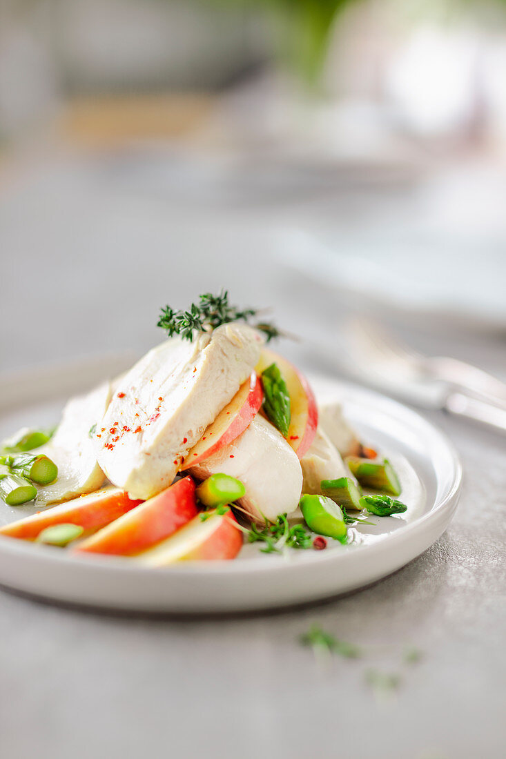 Salad with chicken breast fillet, apples and green asparagus (low carb)