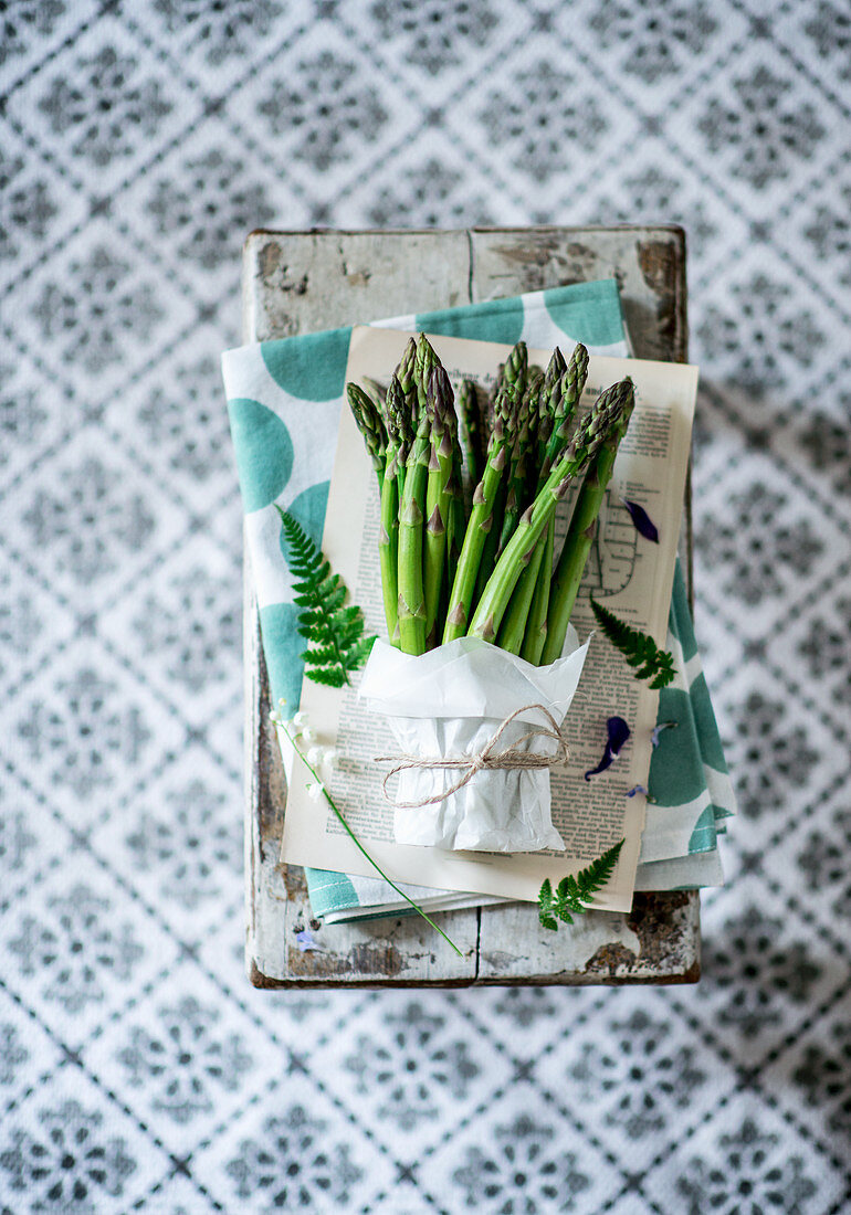 A bundle of green asparagus on a chopping board