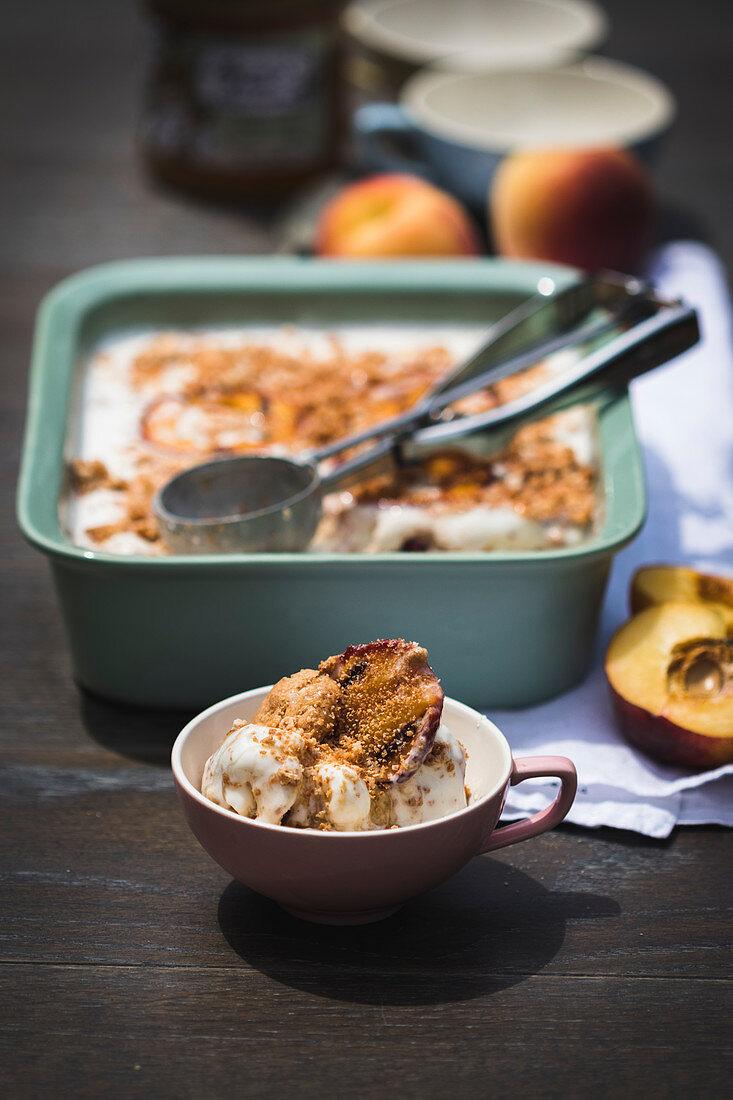 Yoghurt ice cream with amarettini and grilled peaches