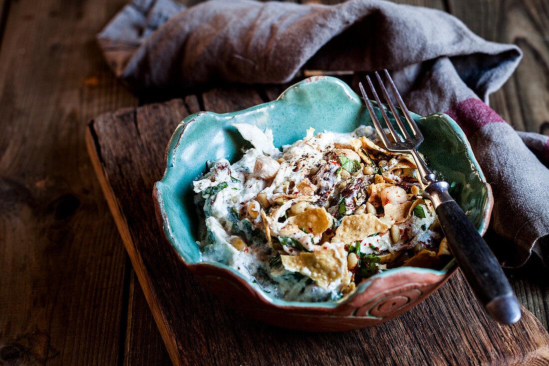 Hähnchen-Fatteh als Salat mit Kichererbsen und Fladenbrot (Libanon)