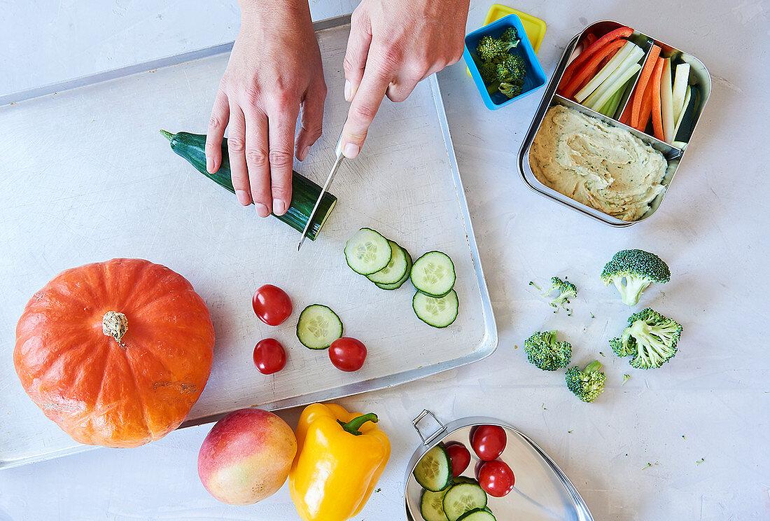 Gemüse für die Lunchbox schneiden