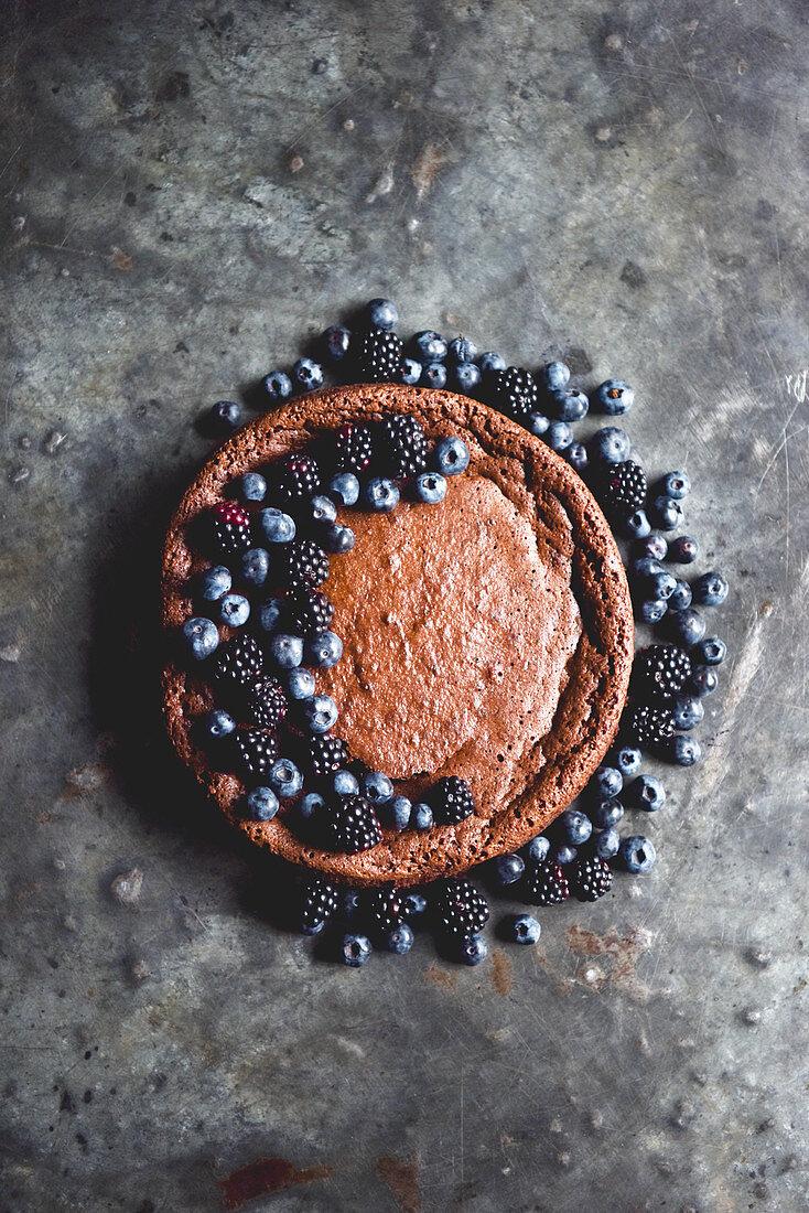 Schokoladenkuchen ohne Mehl mit Brombeeren und Heidelbeeren