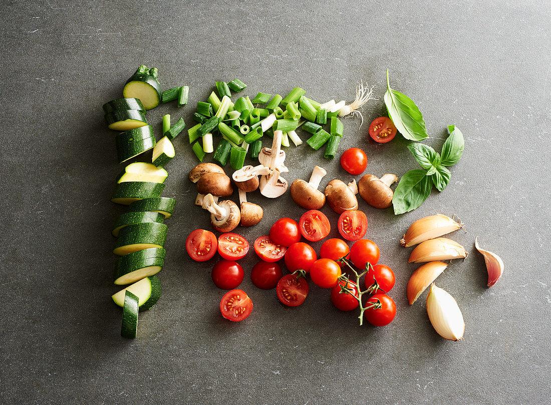 Kleingeschnittenes Gemüse und Pilze