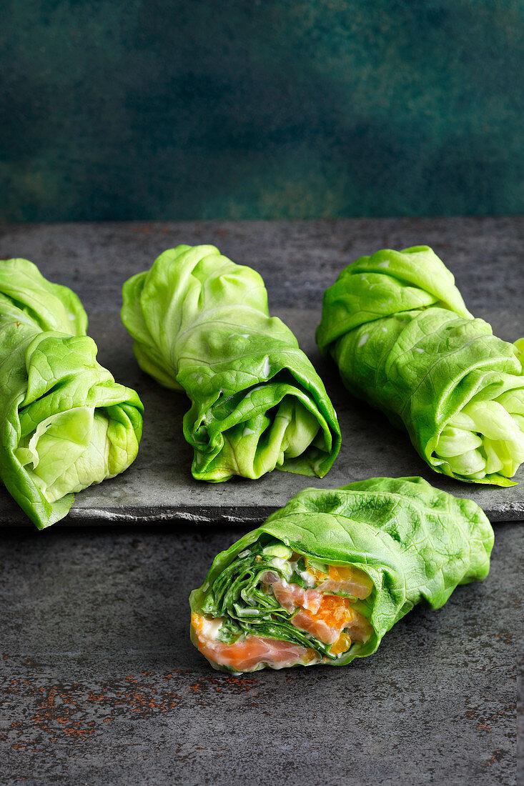 Räucherlachs-Salat-Wraps mit Mandelcreme