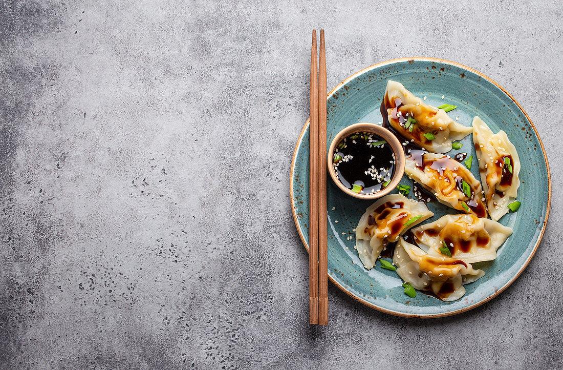 Traditionelle Dumplings im Bambusdämpfer mit Essstäbchen (China)