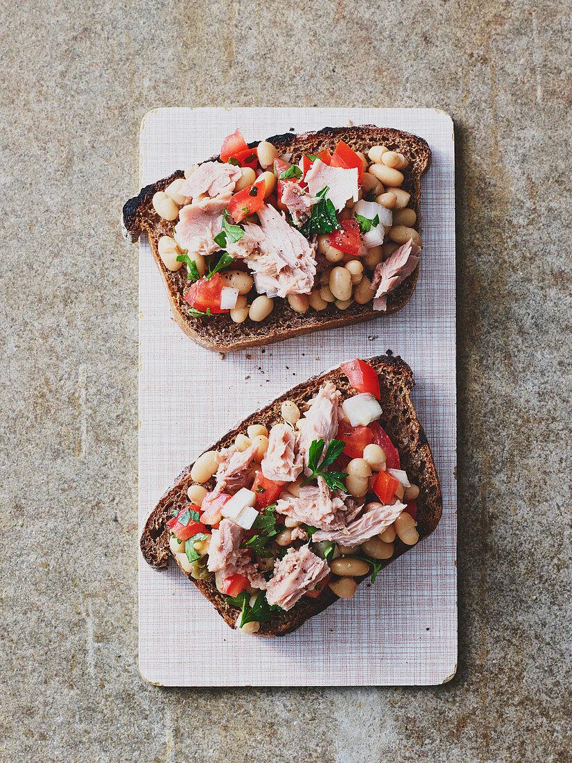 Thunfischsalat mit weißen Bohnen auf dunklem Röstbrot