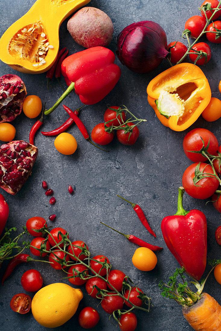 Buntes Gemüse (Butternusskürbis, Kirschtomaten, Paprika, Granatapfel und Zwiebeln)
