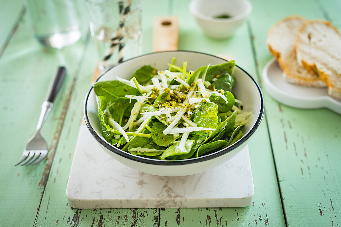Green salad with spinach, kohlrabi and pistachios