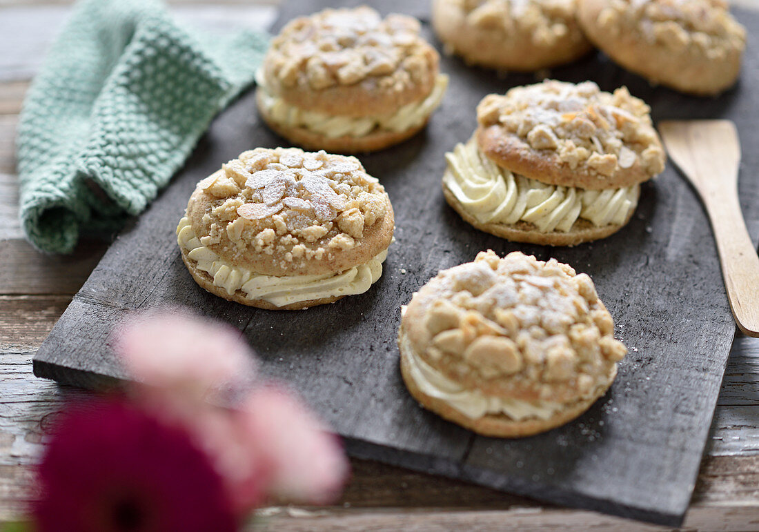 Vegan crumble and almond biscuits filled with vanilla cream