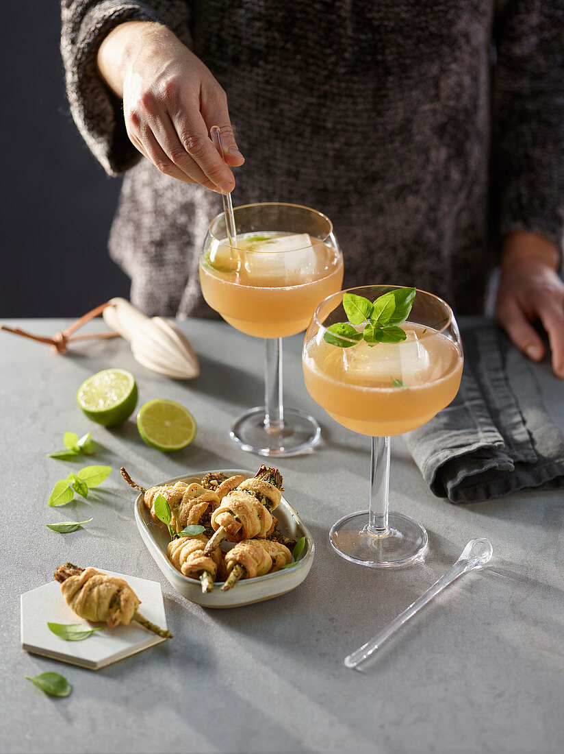 Artichoke rolls with basil and gin cocktails