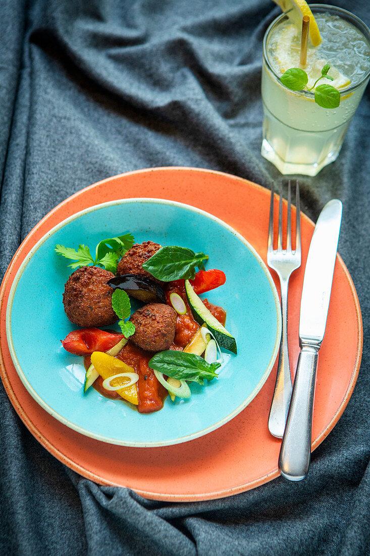 Bulgur köfte with a pepper salad