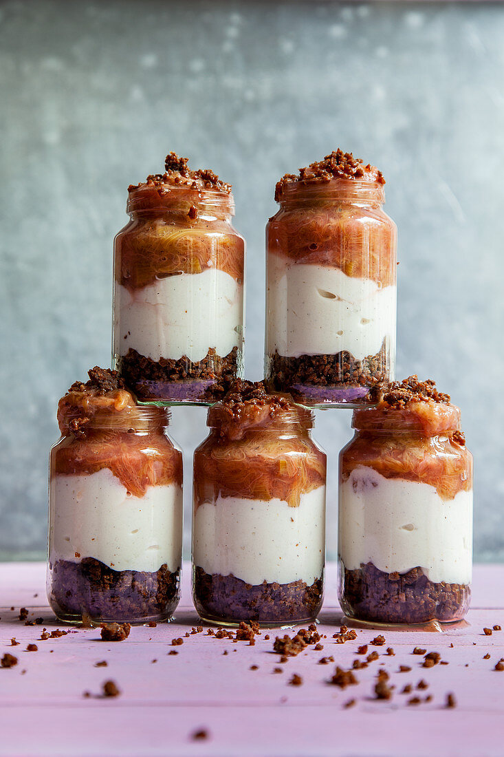 Rhubarb trifle with pumpernickel (no bake cake)