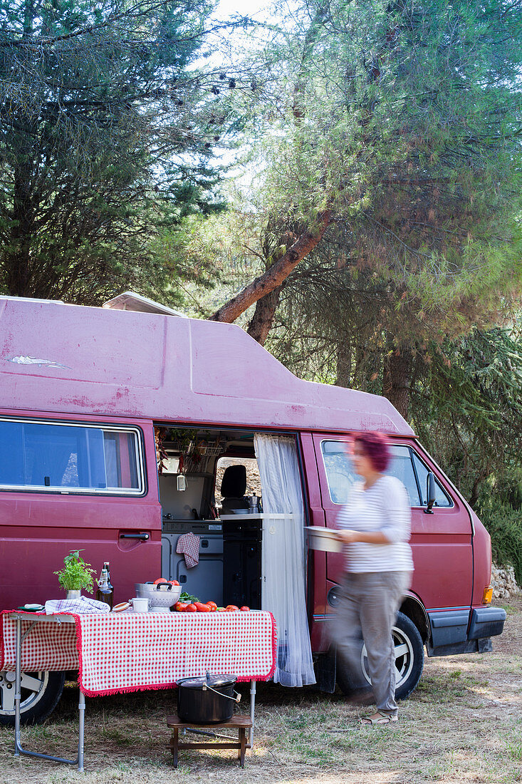 Klapptisch vor einem Campingbus in Italien