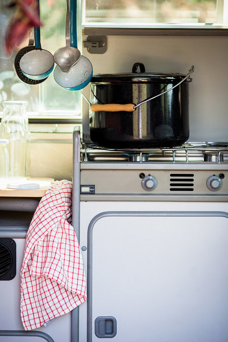 Kochtopf auf Gasherd im Campingbus