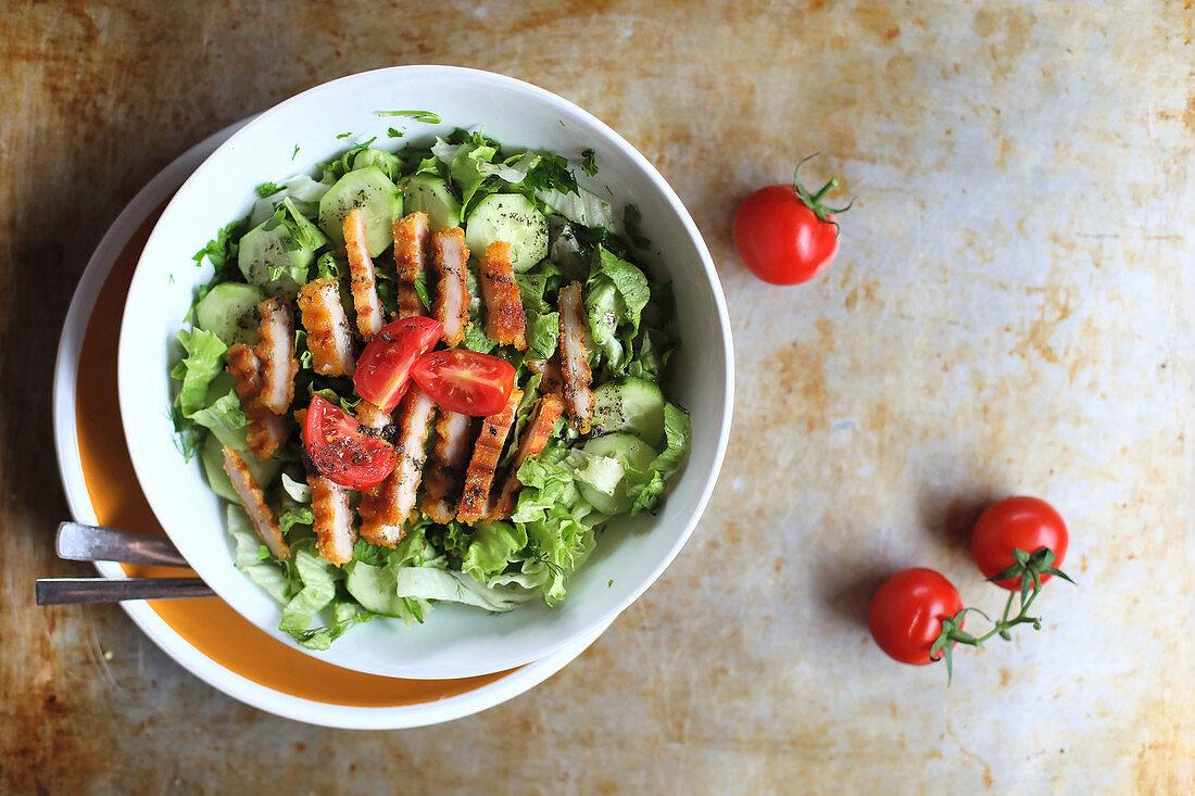 Grüner Salat mit gegrillten Hühnernuggets