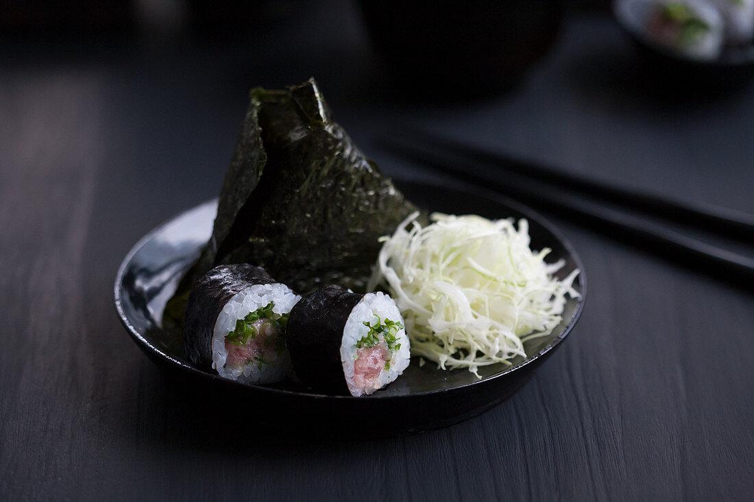 Onigiri and maki sushi with tuna and dashi cabbage (Japan)