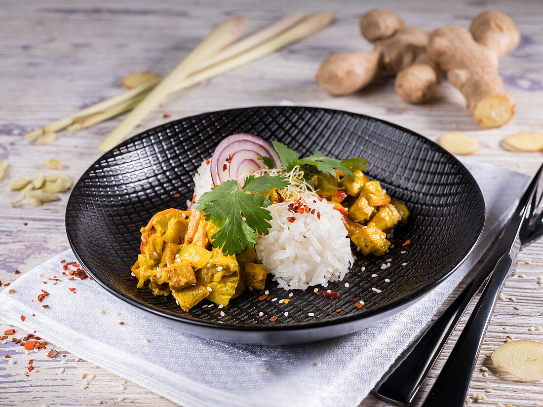 Vegetable curry with marinated tofu, ginger and lemongrass (India)