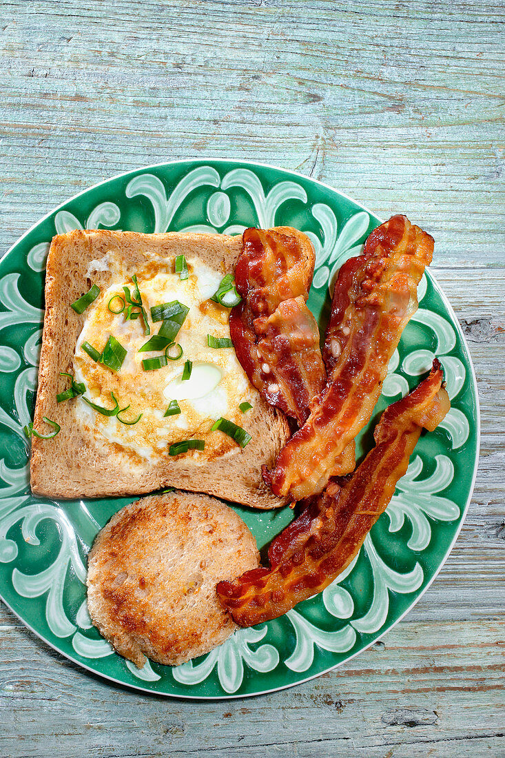 Eggs with toast and bacon