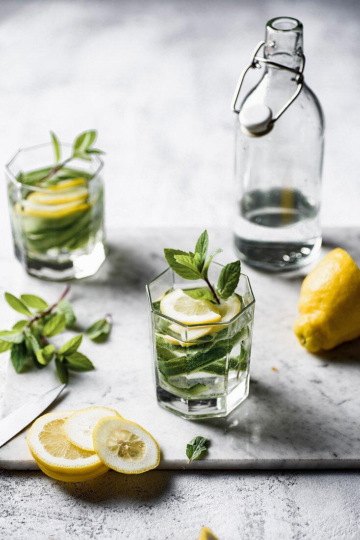 Wasser mit Gurke, Minze und Zitrone