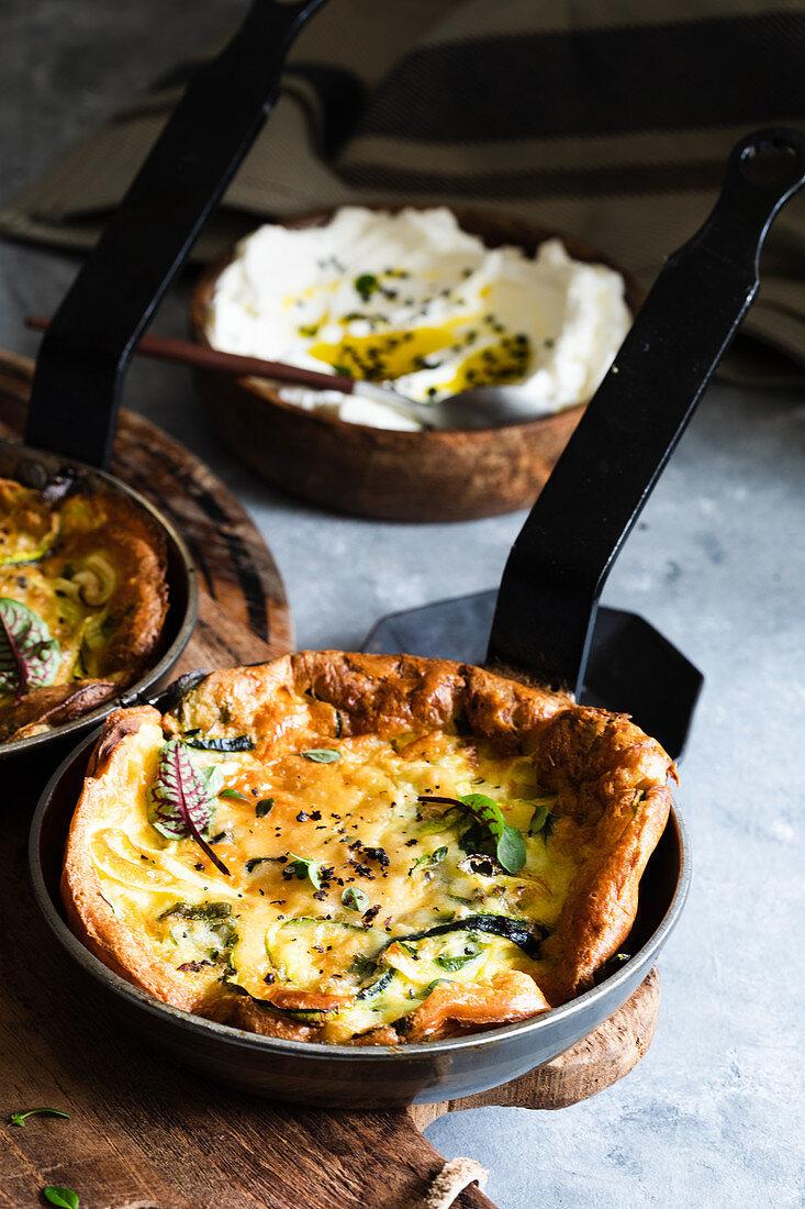 Pikantes Dutch Baby Omelett mit Zucchini