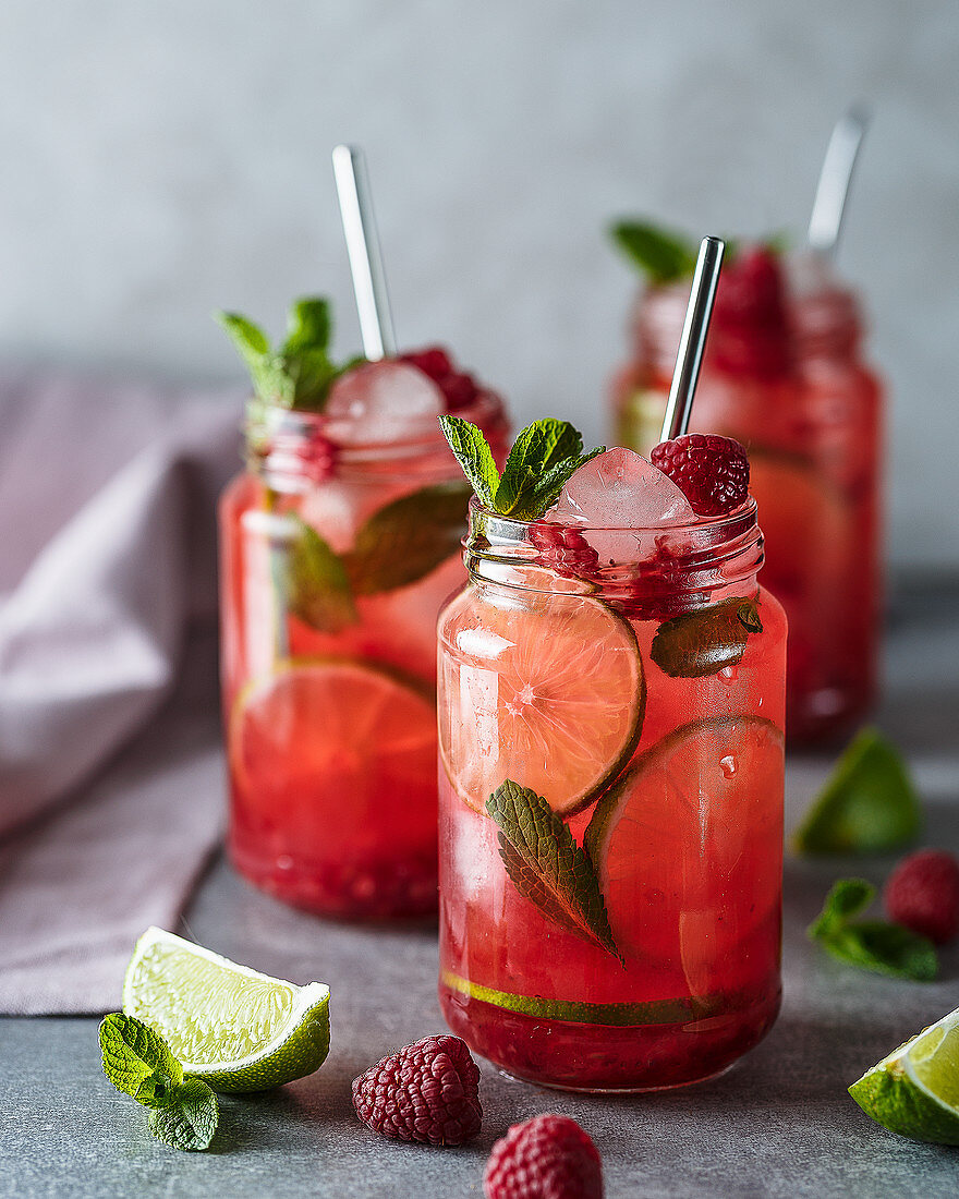 Cocktails with raspberries, lime and mint