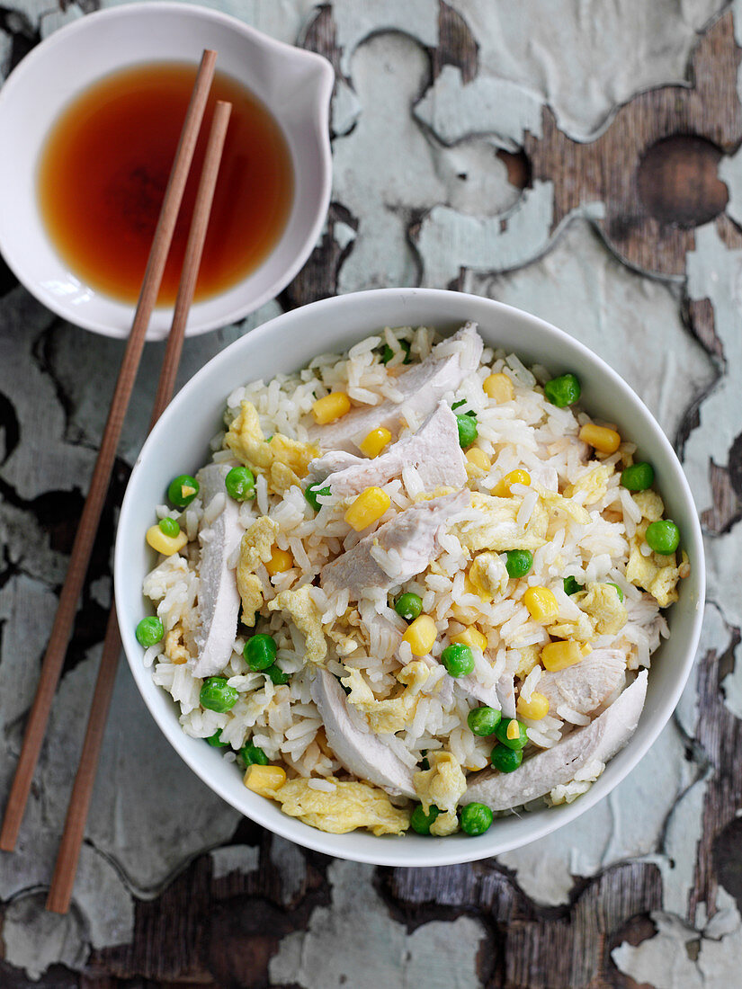Fried rice with chicken, corn and peas (China)