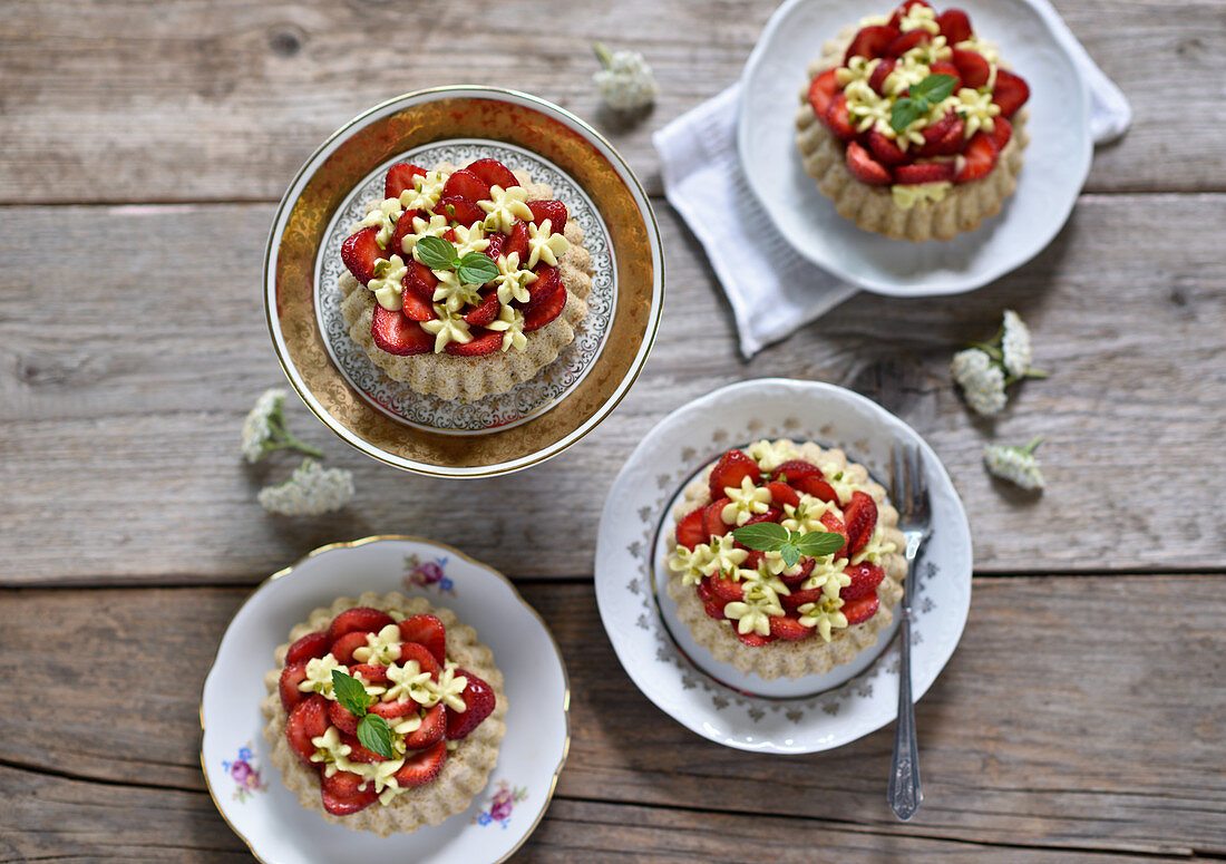 Vegan biscuit tarts with strawberries and lemon cashew cream