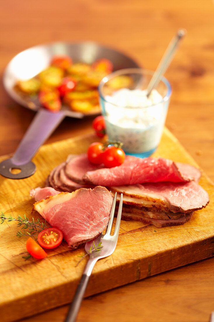 Cold roast beef with fried potatoes, tomatoes and tartare sauce