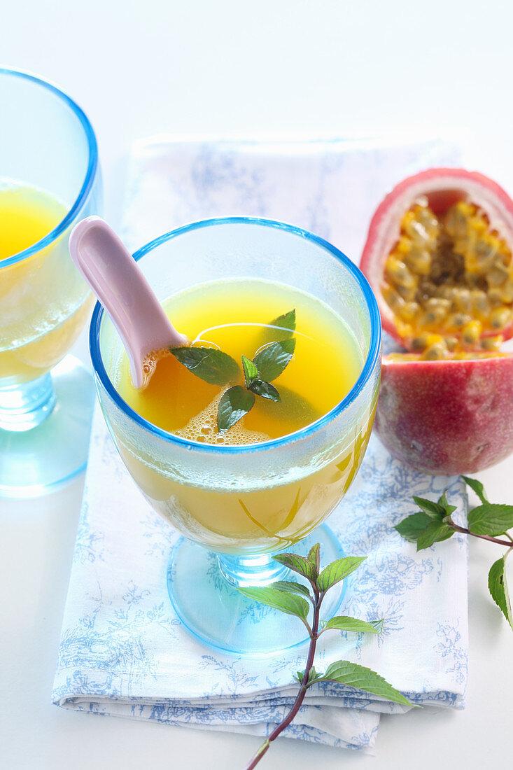 Heisser Passionsfrucht-Punsch mit Weisswein, Honig, Mandarine und Minze